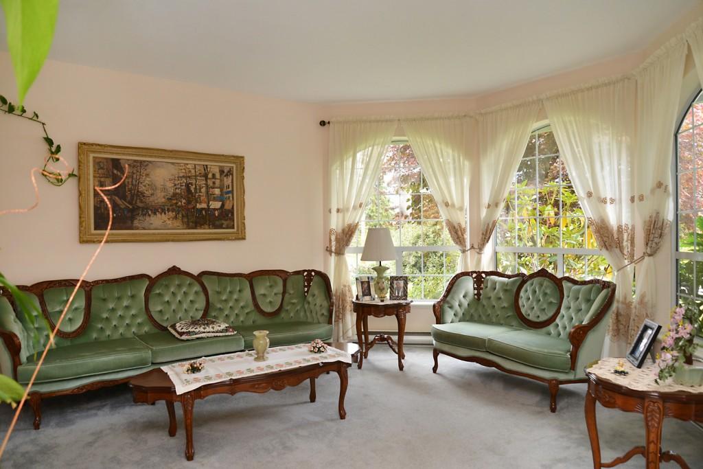 347 Burns Rd living room