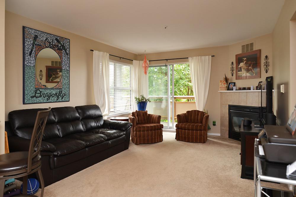 45-689 Park Rd living room